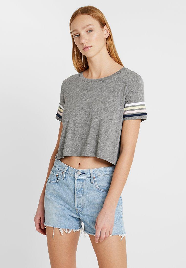 Hollister Co. - CROP EASY TEE - Print T-shirt - grey/rainbow