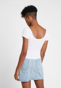 Hollister Co. - SLIM V NECK CINCH FRONT CROP - T-shirt print - white - 2