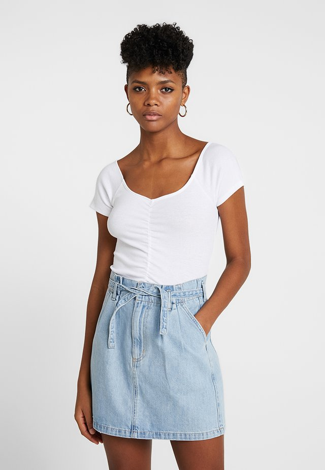 SLIM V NECK CINCH FRONT CROP - T-shirt med print - white