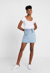 Hollister Co. - SLIM V NECK CINCH FRONT CROP - T-shirt print - white - 1