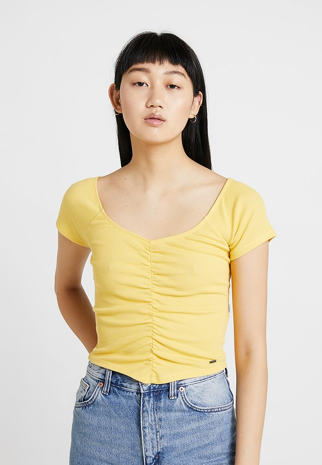 SLIM V NECK CINCH FRONT CROP - T-shirt med print - yellow