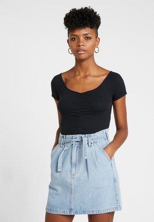 SLIM V NECK CINCH FRONT CROP - T-shirts med print - black