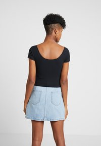 Hollister Co. - SLIM V NECK CINCH FRONT CROP - Triko s potiskem - black - 2