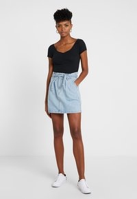 Hollister Co. - SLIM V NECK CINCH FRONT CROP - Triko s potiskem - black - 1