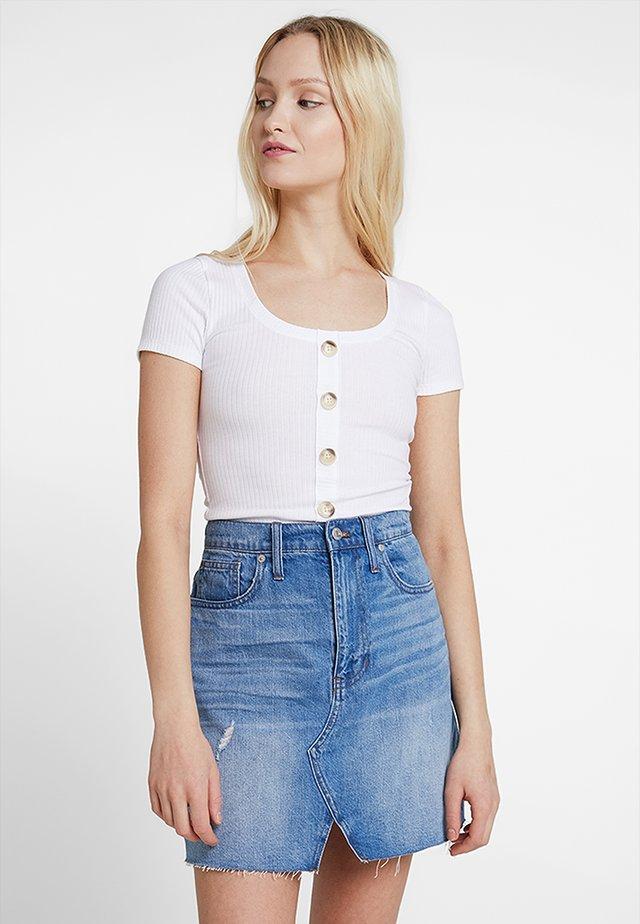 SLIM HENLEY - T-shirt med print - white