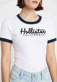 Hollister Co. - CROP LOGO WAFFLE BABY TEE - Triko spotiskem - white - 4