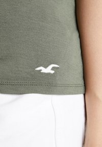 Hollister Co. - SHORT SLEEVE EASY VEE TEE - Basic T-shirt - olive - 4