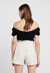 Hollister Co. - SHORT SLEEVE OFF THE SHOULDER CROP - T-shirts med print - black - 2