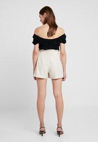 Hollister Co. - SHORT SLEEVE OFF THE SHOULDER CROP - T-shirts med print - black - 3
