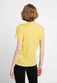 Hollister Co. - CORE PRINTED LOGO TEE - Triko s potiskem - yellow - 2