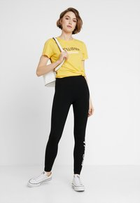 Hollister Co. - CORE PRINTED LOGO TEE - Triko s potiskem - yellow - 1
