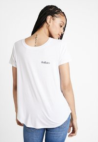 Hollister Co. - EASY FIT PRINTED LOGO TEE - Basic T-shirt - white - 2