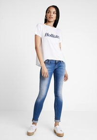 Hollister Co. - EASY FIT PRINTED LOGO TEE - Basic T-shirt - white - 1