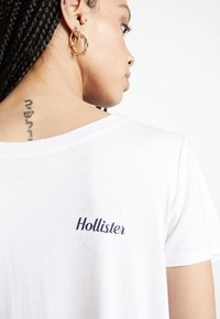 Hollister Co. - EASY FIT PRINTED LOGO TEE - Basic T-shirt - white - 4