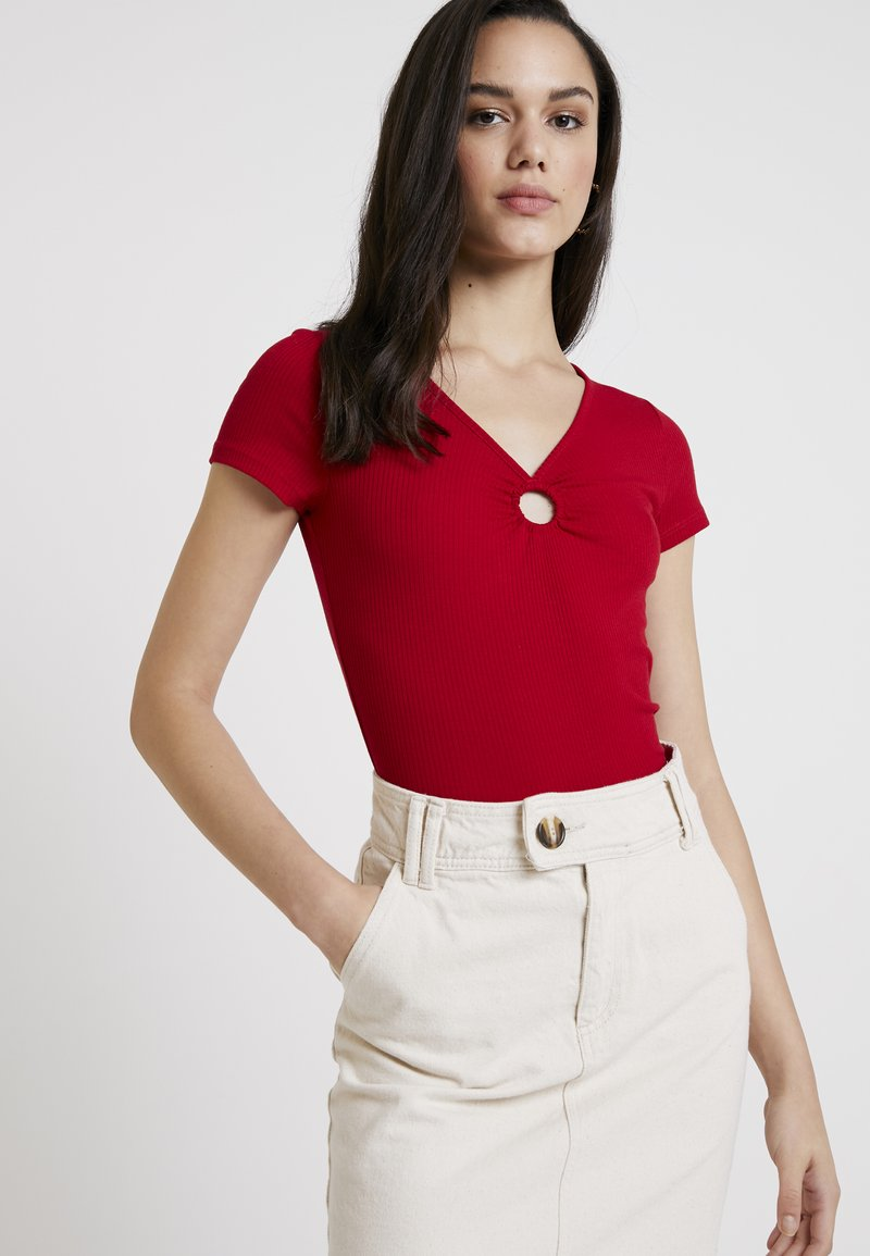 Hollister Co. - SQUARE NECK - Print T-shirt - red