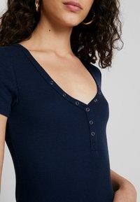 Hollister Co. - SLIM HENLEY - Camiseta estampada - navy - 5