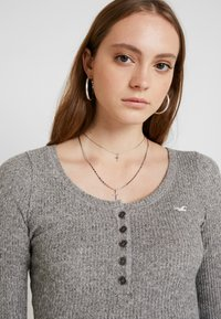 Hollister Co. - COZY HENLEY  - Sweter - grey - 3