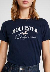 Hollister Co. - TECH CORE - T-shirt med print - navy - 5
