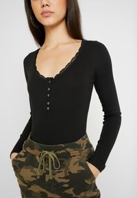 Hollister Co. - LACE TRIM HENLEY - Top s dlouhým rukávem - black - 4
