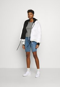 Hollister Co. - SLIM CREW BASIC 3 PACK - T-shirt - bas - white/grey/blue - 1
