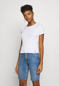 Hollister Co. - SLIM CREW BASIC 3 PACK - T-shirt - bas - white/grey/blue - 5