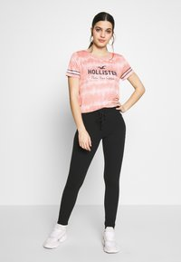 Hollister Co. - CORE  - Triko spotiskem - pink pattern - 1