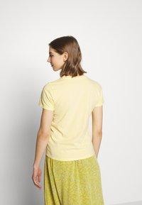 Hollister Co. - TECH CORE - Print T-shirt - yellow - 2