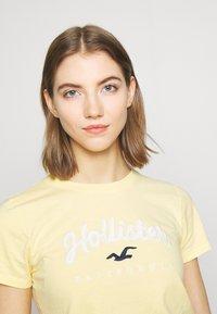 Hollister Co. - TECH CORE - Print T-shirt - yellow - 4
