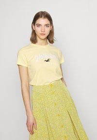 Hollister Co. - TECH CORE - Print T-shirt - yellow - 0