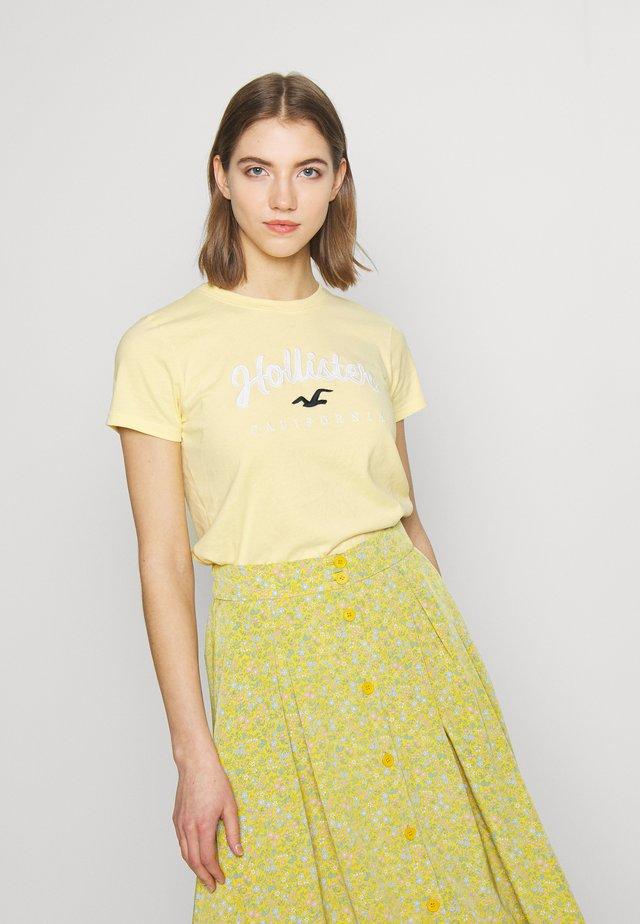 TECH CORE - T-shirt med print - yellow
