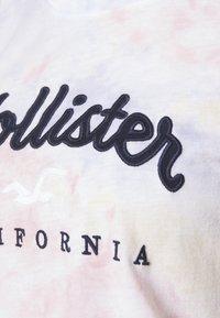 Hollister Co. - TECH CORE - Print T-shirt - multi wash - 4