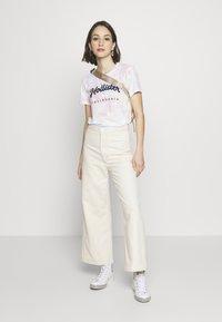 Hollister Co. - TECH CORE - Print T-shirt - multi wash - 1