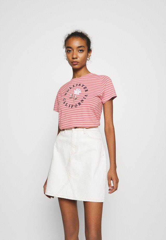 TECH CORE - Print T-shirt - pink