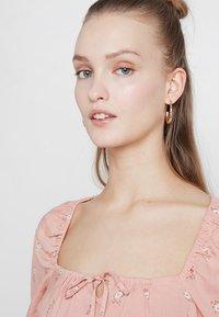 Hollister Co. - CHASE SMOCKED SCOOP NECK - Blůza - pink floral - 3