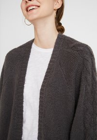 Hollister Co. - AIRY CARDIGAN CABLE - Vest - grey - 5