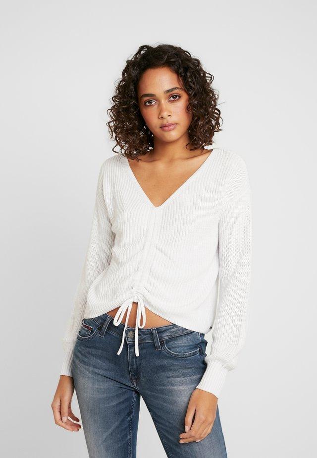 CINCH FRONT - Stickad tröja - white