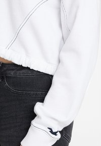 Hollister Co. - ULTRA CROP MINI LOGO HALF ZIP - Mikina - white - 5
