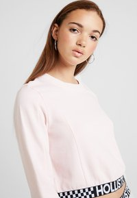 Hollister Co. - ULTRA CROP CREW WITH LOGO BAND - Mikina - pink - 3