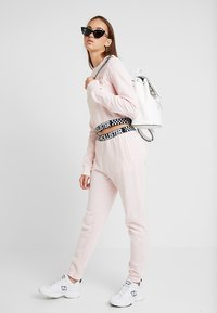 Hollister Co. - ULTRA CROP CREW WITH LOGO BAND - Mikina - pink - 1
