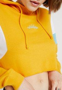 Hollister Co. - ULTRA CROP - Mikina skapucí - yellow - 5