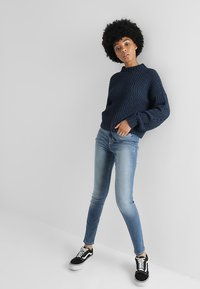 Hollister Co. - HIGH RISE MEDIUM CLEAN SUPER - Skinny džíny - stone blue denim - 1