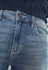 Hollister Co. - HIGH RISE MEDIUM CLEAN SUPER - Skinny džíny - stone blue denim - 4