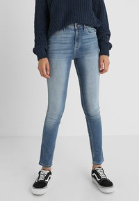 Hollister Co. - HIGH RISE MEDIUM CLEAN SUPER - Skinny džíny - stone blue denim - 0