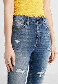 Hollister Co. - ULTRA HIGH RISE MEDIUM DESTROY  - Jeans Skinny Fit - dark-blue denim - 3