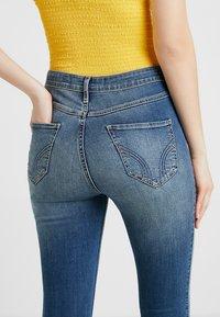 Hollister Co. - ULTRA HIGH RISE MEDIUM DESTROY  - Jeans Skinny Fit - dark-blue denim - 5