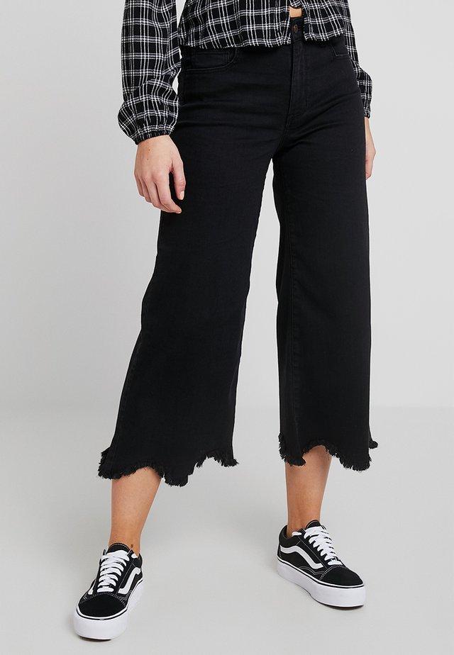 SCALLOP HEM CULOTTE - Flared jeans - washed black