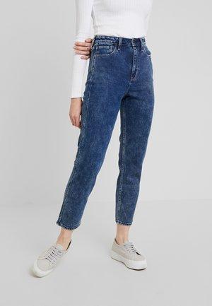 ULTRA HIGH RISE MOM - Jeans slim fit - dark blue denim