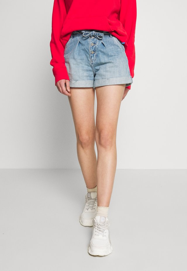 MOM MED BELTED - Shorts vaqueros - medium