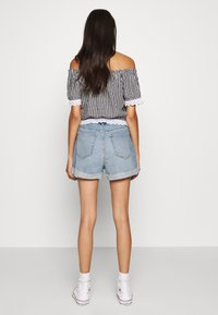 Hollister Co. - MOM CURVY MED CLEAN  - Farkkushortsit - blue denim - 2