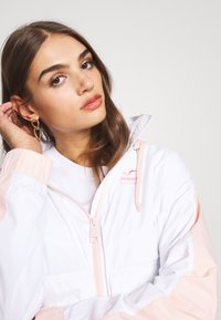 Hollister Co. - ALL THE FEELS - Chaqueta fina - white/pink - 3
